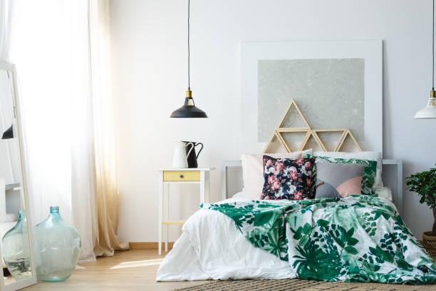 gemütliche schlafzimmer mit beruhigenden farben - paletten kopfbrett stock-fotos und bilder