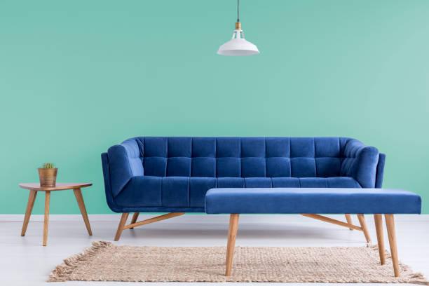 gemütliche couch im wartezimmer - sessel türkis stock-fotos und bilder