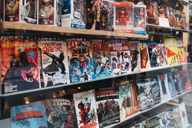 comic-bücher auf einem schaufenster von gosh! comic-shop in covent garden, london, uk. - comic stock-fotos und bilder