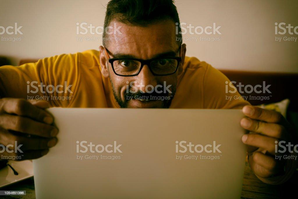 Komik hacker çalmak bilgi dizüstü bilgisayar ile stok fotoğrafı