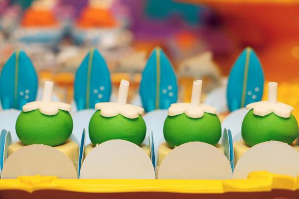 comidinhas e decoração de aniversário - kokoskuchen stock-fotos und bilder