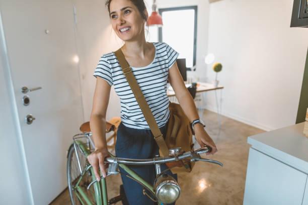 wieder von der arbeit - fahrradträger stock-fotos und bilder