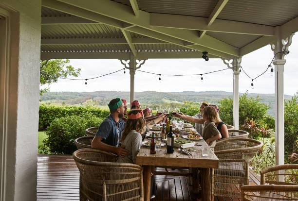 Zusammen mit gutem Essen und Wein – Foto