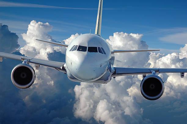 Avião comercial em voo - foto de acervo