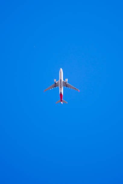 commercial airplane belonging to qantas - qantas foto e immagini stock