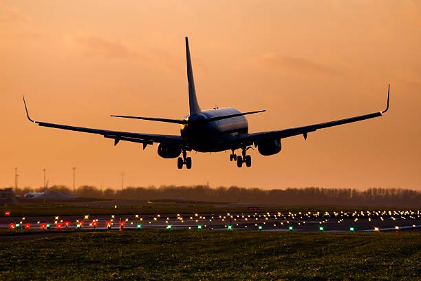 commercial airplane landing - aterrizar fotografías e imágenes de stock