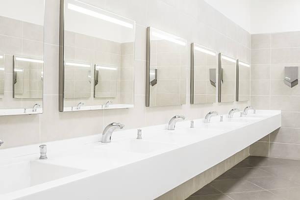 kommerzielles badezimmer zum händewaschen - konsum stock-fotos und bilder