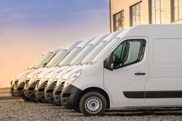 gewerbliche lieferwagen in reihe - konsum stock-fotos und bilder