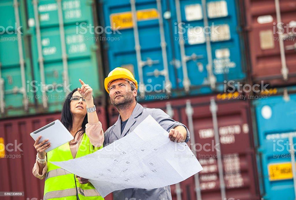 Comercial trabajador y los muelles inspector en el trabajo foto de stock libre de derechos