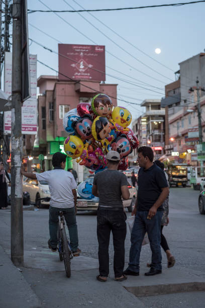 wirtschaftsleben in der kurdischen stadt sulaymaniyah, irak - disney dekorationen stock-fotos und bilder
