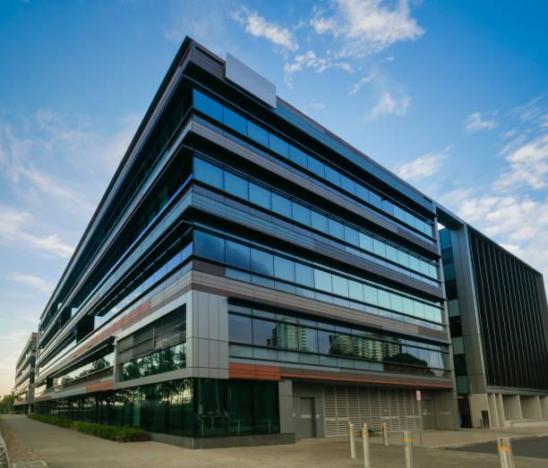 uffici commerciali in città - edificio adibito a uffici foto e immagini stock
