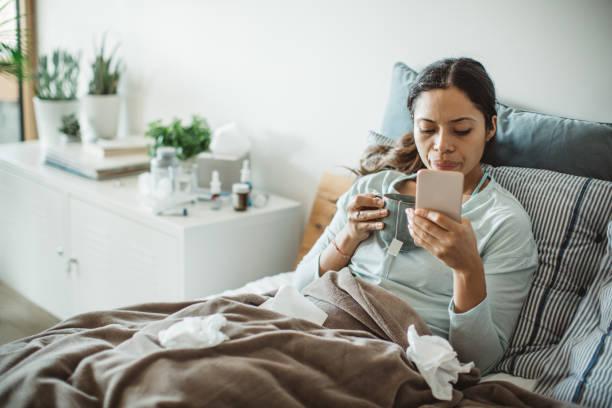 обычная простуда в постели - болезнь стоковые фото и изображения