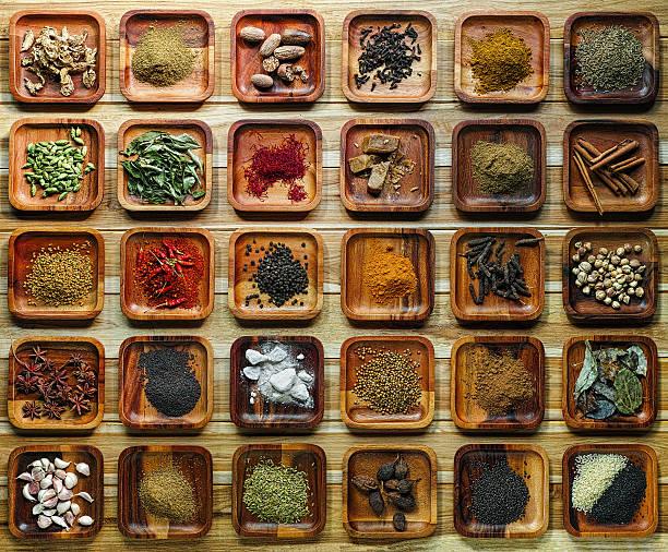 común hierbas y especias de la india ingriedients en las bandejas de madera. - comida india fotografías e imágenes de stock