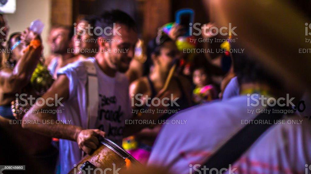 Pessoas comuns, divirta-se no carnaval de rua - foto de acervo