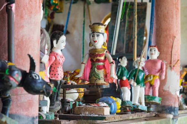 gemeinsamen vietnamesisch wasser marionetten hinter puppenspiel zustand. der kontrollraum ist dunkel, puppenspieler und instrumente zu verbergen - kasperltheater stock-fotos und bilder