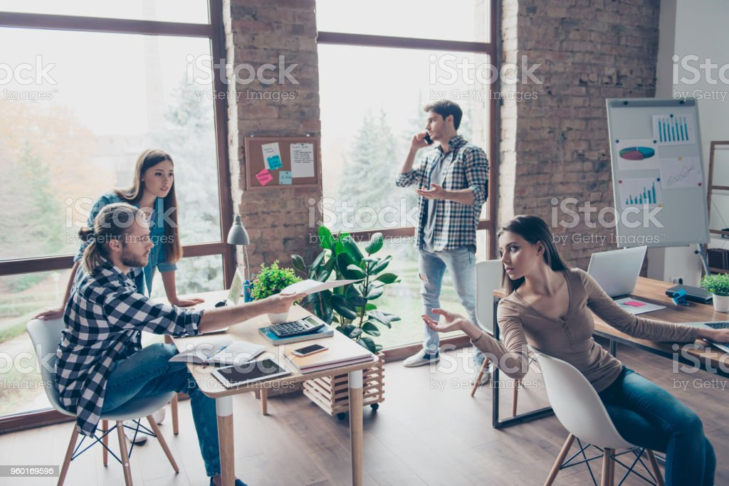 Proceso común de la jornada laboral en la oficina - concentrado, serios colegas en el trabajo, hablando por teléfono inteligente, control, análisis, documentos, desarrollar nuevo proyecto, puesta en marcha - foto de stock