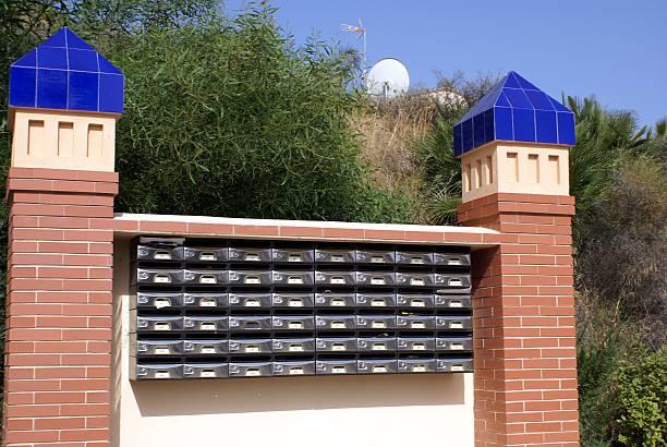 öffentlichen letter box - briefhalter stock-fotos und bilder