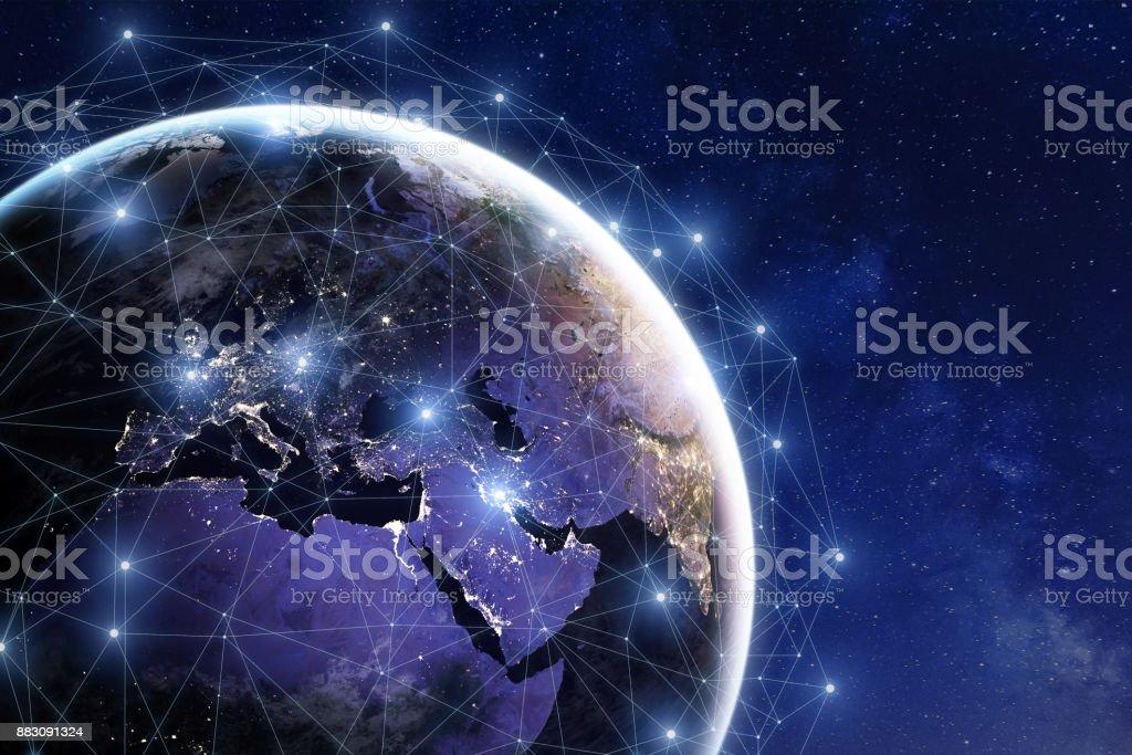 Red de comunicación alrededor de la tierra, las conexiones internacionales en todo el mundo, finanzas, internet, IoT foto de stock libre de derechos