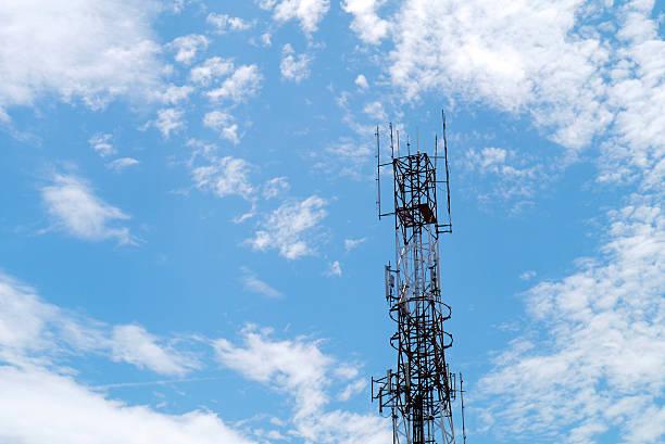 torri di comunicazione - emissione radio televisiva foto e immagini stock