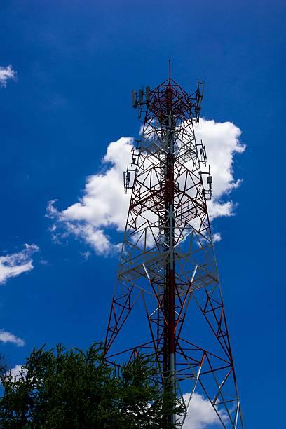 torre delle telecomunicazioni - emissione radio televisiva foto e immagini stock