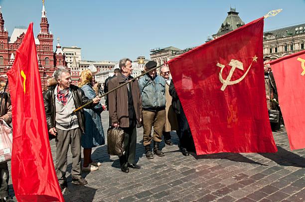 komunistyczna flags w plac czerwony - memorial day zdjęcia i obrazy z banku zdjęć