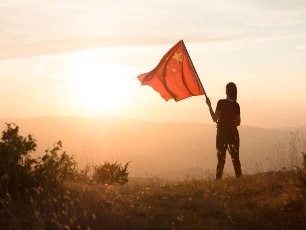 山の上に中国の旗を持つ共産主義者 - 共産主義 ストックフォトと画像