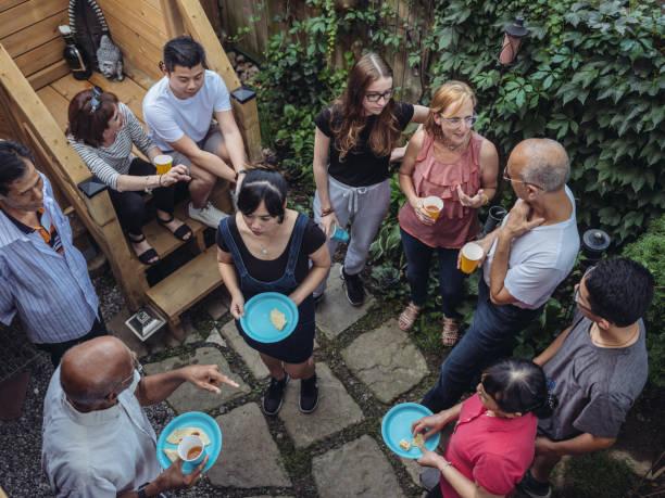 community backyard party - vizinho imagens e fotografias de stock