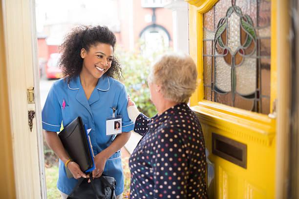 コミュニティ carer 訪問者 - 介護士 ストックフォトと画像