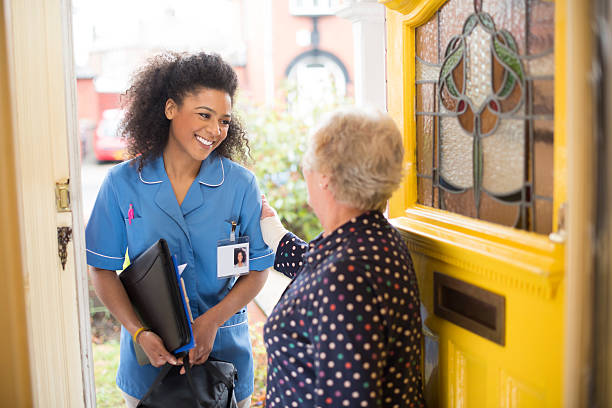 community carer  visit to senior - thuiszorg stockfoto's en -beelden