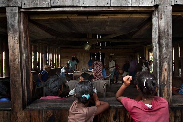 la salud de la comunidad - ayuda humanitaria fotografías e imágenes de stock