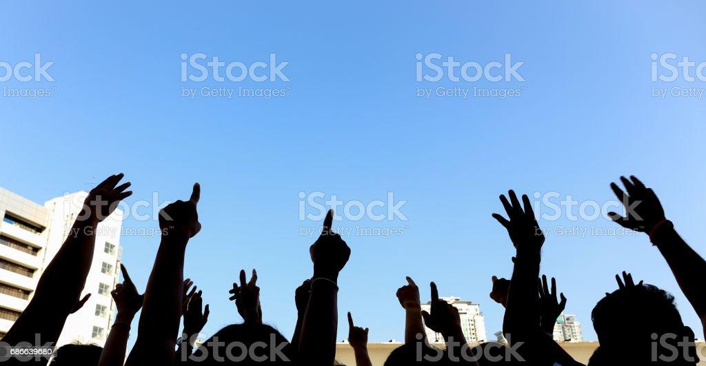 topluluk girişimi ya da konser kavramı, eller grup mavi gökyüzünde insan silueti royalty-free stock photo