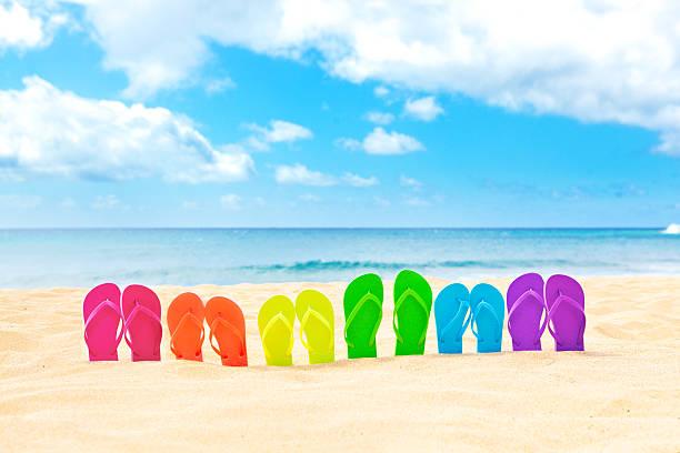 flip lgbt regenbogen-flop-strand urlaubs-party - dinge die zusammenpassen stock-fotos und bilder