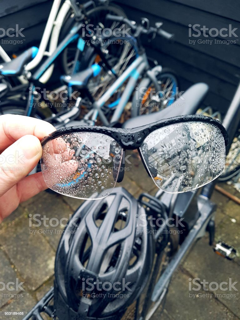 pendler fahrrad brille mit regentropfen auf einen. Black Bedroom Furniture Sets. Home Design Ideas