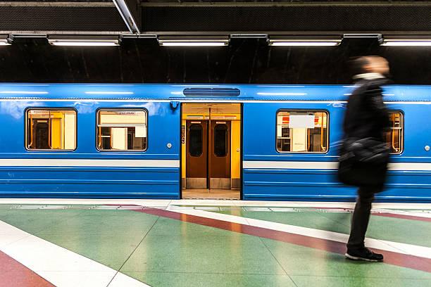 commuter businessman walking on the subway platform - 火車車廂 個照片及圖片檔