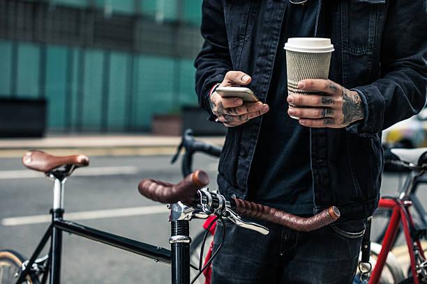 pendler parken seinem fahrrad außerhalb des büros - einzelner mann über 30 stock-fotos und bilder