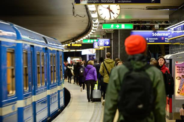 commuters and subway train - tunnel trafik sverige bildbanksfoton och bilder