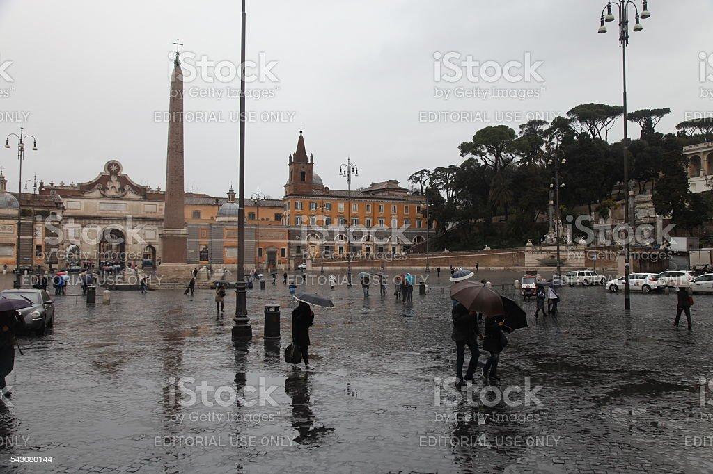 Pendolari a piedi sono a Roma centro della città vecchia di pioggia giorno, - Foto stock royalty-free di Antico - Vecchio stile