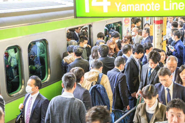 新宿の駅で通勤 - 雑踏 ストックフォトと画像