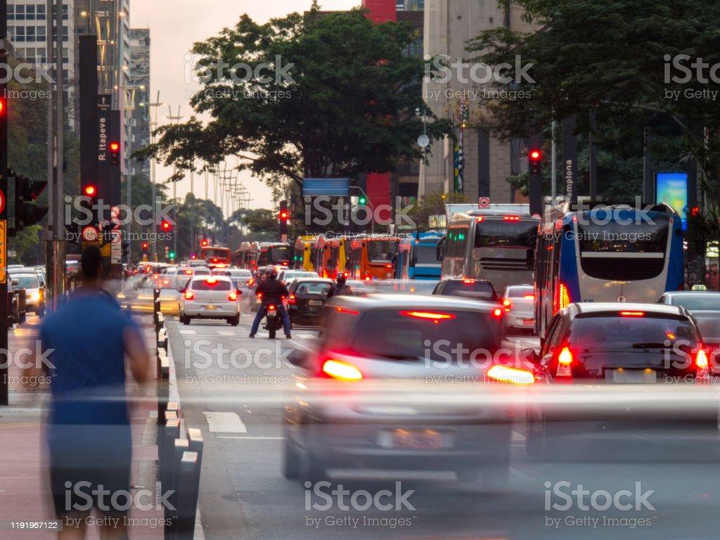 los viajeros se mueven el día en la ciudad - Foto de stock de Aire libre libre de derechos