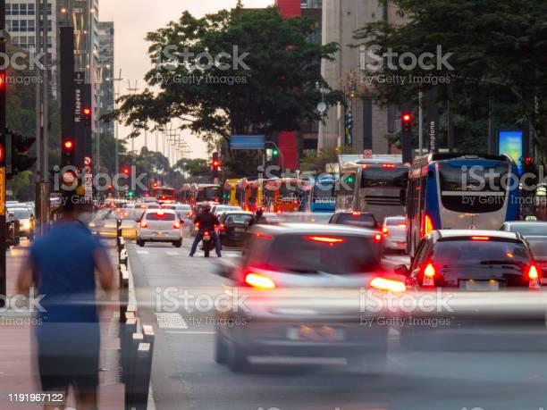 Los Viajeros Se Mueven El Día En La Ciudad Foto de stock y más banco de imágenes de Aire libre