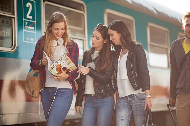 pendler auf einer station plattform - schnell lesen lernen stock-fotos und bilder