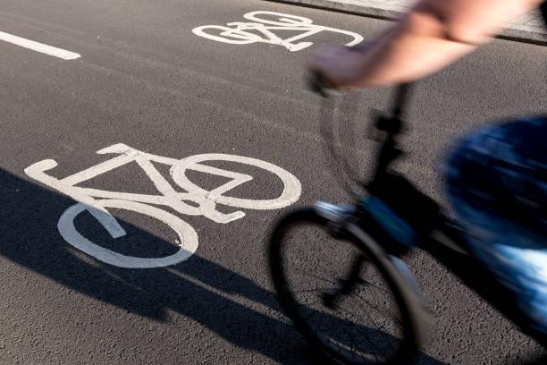 pendler auf radwegen - fahrradwege stock-fotos und bilder