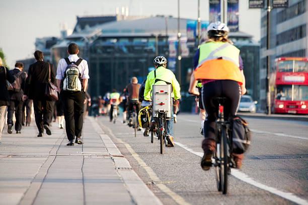 i pendolari a piedi e in bicicletta - montare foto e immagini stock