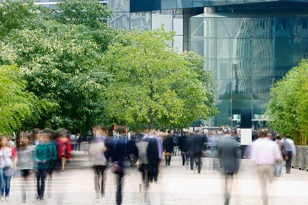 徒歩の金融街の通勤者、アクションショット - 緑 ビル ストックフォトと画像
