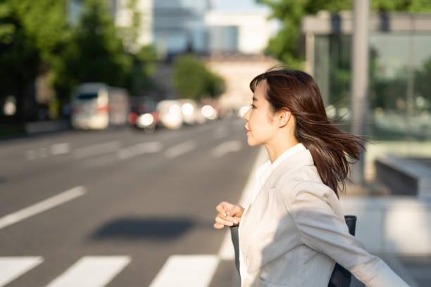 通りを歩いている通勤の実業家 - 女性 横顔 日本人 ストックフォトと画像