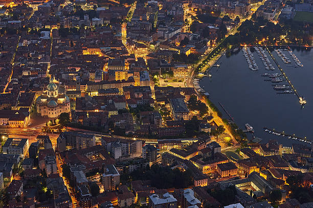 como city and como lake at sunset - como italië stockfoto's en -beelden
