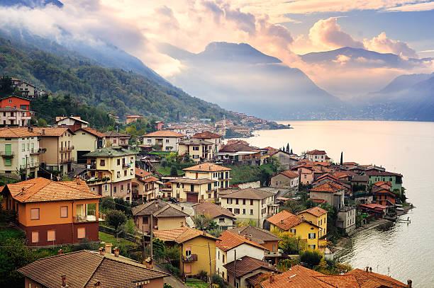 lago de como, milão, itália, em pôr-do-sol - lombardia - fotografias e filmes do acervo