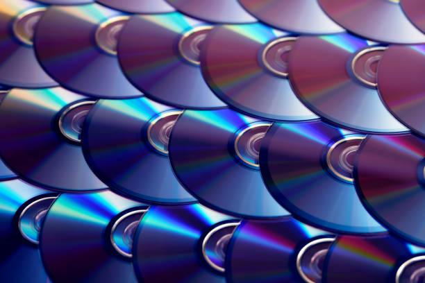 fond de disques compacts. plusieurs disques cd dvd blu-ray. stockage des données numériques optiques enregistrables ou réinscriptibles. - blu ray disc photos et images de collection