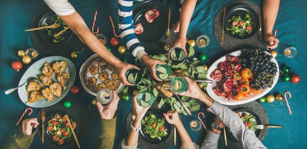 compagnie d'amis ou famille pour le dîner de noël - diner entre amis photos et images de collection