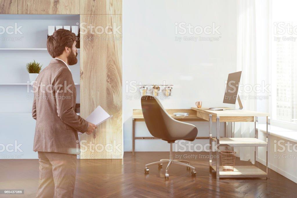 公司辦公室內部側面視圖, 商人 - 免版稅人圖庫照片